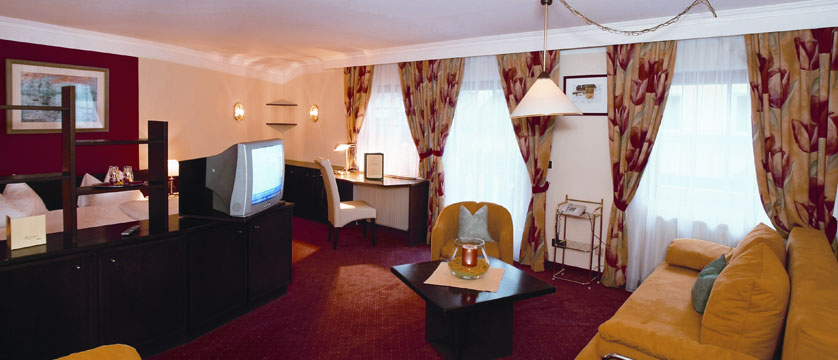 austria_zell-am-see_hotel-fischerwirt_bedroom-living-area.jpg